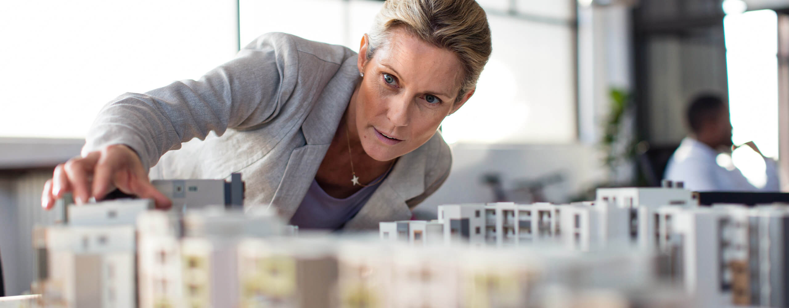 Frau hinter Stadtmodell